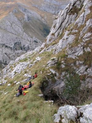 La belle entrée de la torca de las Comadrejas. Au fond, la vallée d'Asòn quelques 750 m plus bas.