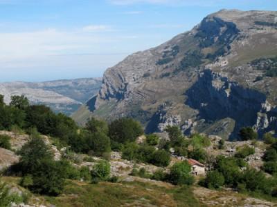 Les cabanes d'Helguerra qui dominent le haut Asòn.