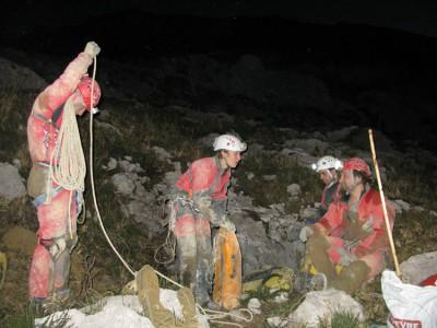 Une partie de l'équipe à la sortie du gouffre.
