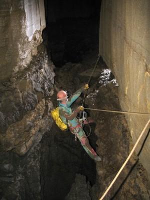 Main courante dans la torca de las Colinas de la Tramasquera,  Cette vire entre deux puits correspond à un niveau gréseux de 1 à 2 m d'épaisseur bien visible.