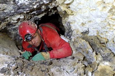 Etienne dans les boyaux fossiles de la galerie du Nez