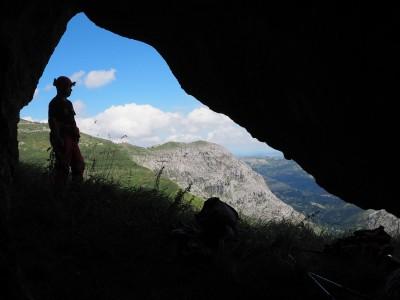 La cueva de Cerilla n°2. Au fond la peña Lavalle.