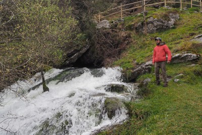 La grotte Voisine ne coule qu'en période de crue. Elle ne représente qu'une partie du débit total des sources de la Gandara.